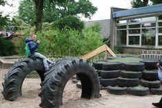 groen schoolplein-tractorbanden en speelheuvel