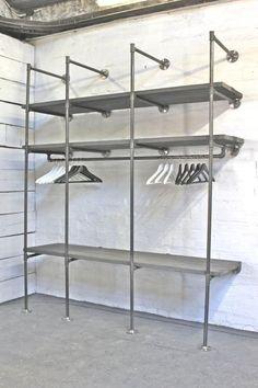 Steigerbuis wandkast met legplanken. Erg geschikt voor kledingwinkels. Leverbaar in diverse afmetingen en steigerbuizen zijn zelfs leverbaar in het zwart.
