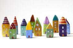 Στο καταπληκτικό blogΑνεράιδα είδαμε πως να κατασκευάσετε σπιτάκια από πηλό Για να τα φτιάξουμε θα χρειαστούμε:  * αυτοξηραινόμενο πηλό  * χρώματα ακρυλικά  * σύρμα και χαντρούλες για την καμινάδα  * ένα κουτί από γάλα ή χυμό ή μπισκότα κλπ. για καλούπι  * γκλίτερ, ατλακόλ, *πιστόλι σιλικόνης, *ζεστή σιλικόνη …