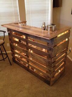 Bar aus Paletten selbst gebaut. Theke mit Beleuchtung aus Paletten als DIY Projekt.
