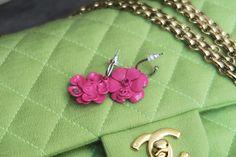 Des camélias roses vifs