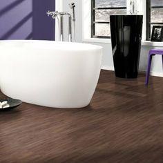 Relooker sa salle de bain à peu de frais avec un sol adhésif