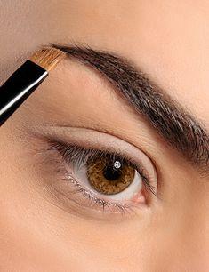Trucos de maquillaje para agrandar tu mirada. - Ésika Perú Chile, Makeup Tricks, Fall Hair Colors, Applying Eyeliner, Skin Cream, Dark Brunette, Eyebrows, Draw, Chili