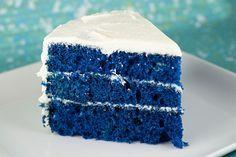 Depois do enorme sucesso dos bolos Red Velvet, trazemos a receita do bolo Blue Velvet. Seus sabores são um tanto parecidos (e deliciosos) e o que muda cons