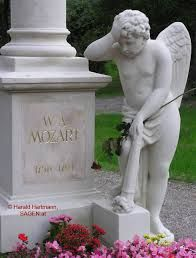 WOLFGANG AMADEUS MOZART. Local, aproximadamente, onde Mozart foi enterrado, numa vala comum (schachtgraber), no Cemitério St. Marx, em Viena, Áustria. No monumento que leva o nome do compositor, uma estatua de um anjo como como se tivesse de luto, consternado e entristecido