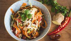 Dieser erfrischende Salat eignet sich besonders gut für heiße Sommertage und als leckere Beilage: Erfrischender Thai-Salat mit Limetten http://primal-state.de/erfrischender-thai-salat-mit-limetten/?utm_campaign=coschedule&utm_source=pinterest&utm_medium=Primal&utm_content=Erfrischender%20Thai-Salat%20mit%20Limetten
