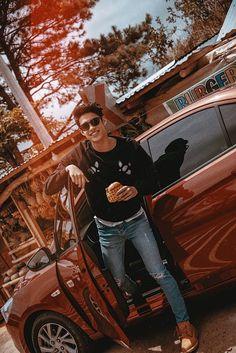 he really loves burger, doesn't he? Cute White Boys, Pretty Boys, Cute Boys, Ideal Boyfriend, My Future Boyfriend, Handsome Faces, Handsome Boys, Love Pictures, Friend Pictures
