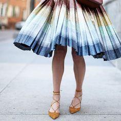 Pin for Later: Regenbogenstreifen sind der Modetrend passend zum Aprilwetter Street Style Regenbogen-Streifen