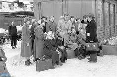 Realskoleelever på vej til København 1953 Giersings Realskole arrangerede hvert år en tredagestur til København for realisterne, så de kunne opleve noget kultur ved selvsyn. Her er de med vandkæmmet hår og godt med tøj under ledelse af gymnastiklærer Chr. Rasmussen inden afrejsen fra banegården.