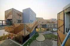 Construído pelo SKEW Collaborative na Shanghai, China O Jia Little Exhibition Center integra os espaços de exposição e produção de indústrias criativas em um único complex...