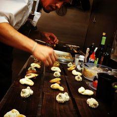 Marchan 11 fondues de queso ahumado con snacks de hongos,  trucha ahumada y papas...!🙆 #Fondue #BALC2016 #Rastros #CocinaPatagónica #Bariloche #Patagonia #Argentina
