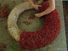 Krans van rozenbottels..binden met wikkeldraad
