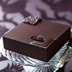 Carré Magique : Sablé chocolat au praliné, mousse au chocolat noir, biscuit chocolat, crémeux chocolat et carré chocolat nougatine. ~