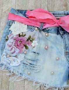 Festival Cut off shorts embellished Boho by TrueRebelClothing (Diy Ropa Boho) Diy Clothing, Dye Jeans, Do It Yourself Fashion, Painted Jeans, Denim Crafts, Embellished Jeans, Denim And Lace, Festival Outfits, Refashioned Clothes