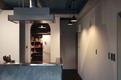 <p>キッチン壁の仕上げはモルタルっぽいけれど、実は下地材なのだそう。</p>