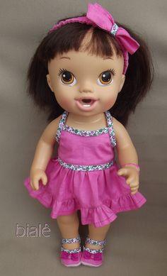 Look confeccionado em tricoline. Acompanha vestido rosa com viés estampado, calcinha, tiara e sapatinho. VESTE AS BABY ALIVES HORA DO CHÁ, CUIDA DE MIM, FESTA DO PIJAMA, LANCHINHOS DIVERTIDOS E BONS SONHOS (são pequenas e do mesmo tamanho). OBS: Bonecas não inclusas. Baby Alive Doll Clothes, Baby Alive Dolls, Baby Girl Dolls, Crochet Baby Halloween, Pool Party Drinks, Baby Doll Strollers, Baby Live, Crochet Doll Clothes, Miniature Crafts