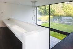 Bureel op overloop geeft zicht op tuin - en glazen balustrade