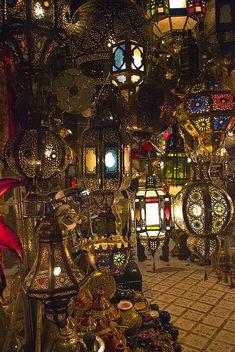 MERCADOS DEL MUNDO | MARRUECOS > MARRAKECH > MERCADO DE LAMPARAS (Lamps, Marrakech market in Morocco).