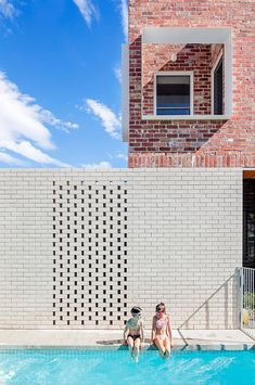A finalist in the Think Brick Awards, this renovation by Clare Cousins Architects contrasts recycled red bricks with 'Chillingham White' bricks laid in a 'hit-and-miss' pattern near the swimming pool. Brick Fence, Brick Facade, Facade House, Brick Wall, Building Exterior, Brick Building, Clare Cousins, Glazed Brick, Recycled Brick