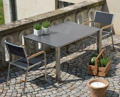 Lux Base Tisch von Jan Kurtz zum Stapelsessel aus geschliffenem Edelstahl mit Teak-Einlage in der Armlehne – ein fein abgestimmtes Design für Balkon und Garten: http://blog.ikarus.de/garten/lux-luxury_9529.html