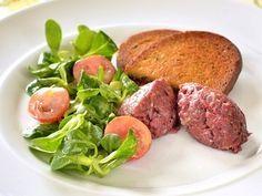 Hovězí tatarák — Kluci v akci — Česká televize Meatloaf, Hamburger, Beef, Steak, Food, Recipes, Meat, Meat Loaf, Eten