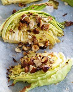 Bakt sommerkål med hasselnøtter Cabbage, Food And Drink, Yummy Food, Vegetables, Blog, Delicious Food, Cabbages, Vegetable Recipes, Blogging
