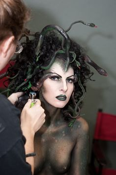 Medusa hair & make-up. I have always wanted to be Medusa for Halloween! Hallowen Costume, Halloween Cosplay, Medusa Halloween, Looks Halloween, Halloween 2016, Halloween Images, Fantasias Halloween, Maquillaje Halloween, Up Costumes