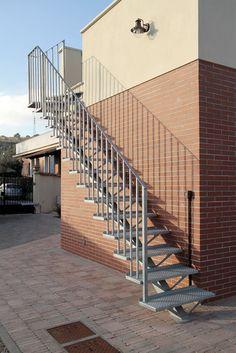 Escalera en U / estructura de metal / peldaño de madera / con zancas laterales - IBISCO C - New Living srl