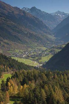 La ruta alta entre francia y Suiza ( The Haute Route, France-Switzerland) Va desde Chamonix en Francia hasta el valle de Zermatt en Suiza.Esta ruta va por toda las rutas altas y mas bellas de los Alpes y tardas 2 semanas .
