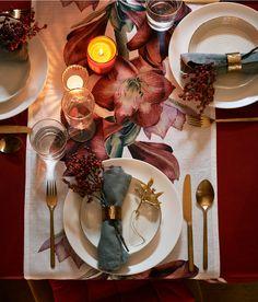 Goldfarben. Weihnachtsdekoration aus Metall in Form eines Mistelzweigs mit einer glitzernden Kordel zum Aufhängen. Größe ca. 7x9 cm.