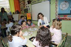 """La Reina Doña Letizia, con los niños de 2º de Educación Infantil CEIP """"Marqués de Santillana"""". Palencia, 21.09.2015"""