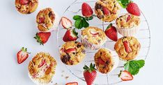 Keto strawberry, almond and chocolate muffins recipe Mini Desserts, Unique Desserts, Almond Recipes, Low Carb Recipes, Biscotti, Mini Fruit Tarts, Dessert Crepes, The Bo, Low Carb Breakfast