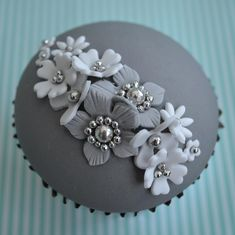 Love this unusual colour combination (simple cupcakes flower) Silver Cupcakes, Floral Cupcakes, Fancy Cupcakes, Pretty Cupcakes, Beautiful Cupcakes, Yummy Cupcakes, Wedding Cupcakes, Simple Cupcakes, Green Cupcakes