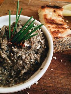 Los patés vegetales son siempre una excelente y sana opción para degustar buenos panes, bruschettas o crostinis. Sí además le sumamos lo sencillo que resul