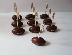 Marque-places ou porte-noms forme ballon de rugby vintage. Mariage, anniversaire, baptême, fête, décoration. Rugby, Theme Sport, Noms, Ballon, Wedding, Vintage, Birthday, Weddings, Valentines Day Weddings