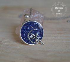 Modrý+třpytivý+anděl+(nerez+řetízek)+Romantický+andílek+vložený+ve+třpytivém+modrém+podkladu.+Nerezový+kuličkový+řetízek+(1,5mm)+bez+zapínání+na+přetažení+přes+hlavu,+barva+nerez+stříbrná,+délka+60+cm,+velikost+lůžka+přívěsku+25mm.+(lůžko+starostříbrné)+Vše+zalité+křišťálovou+pryskyřicí.