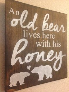 Wood Signs An old bear lives here with his honey! Painted wood sign by TinasTinkers on Etsy Diy Wood Signs, Painted Wood Signs, Pallet Signs, Rustic Signs, Painted Wood Crafts, Funny Wood Signs, Rustic Wood Decor, Wooden Crafts, Diy Wood Projects