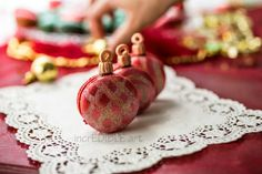 Christmas Cookie Ornament Macarons (link provides no recipe but cute idea) Christmas Food Gifts, Noel Christmas, Christmas Desserts, Christmas Wishes, Christmas Wedding, Christmas Ornament, Macarons, Macaron Cookies, Macaron Flavors