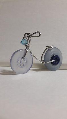 Button bike silver blu - All About Button Art, Button Crafts, Wire Jewelry, Jewelery, Bijoux Fil Aluminium, Wire Crafts, Wire Art, Metal Art, Creations