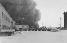 """Talvisodan pommituksia Tampereella. Bertel Strömmer oli suunnittelemansa linja-autoaseman """"jälkisyynissä"""" 30. marraskuuta 1939. Samana päivänä alkoi talvisota. 1940 tammi-, helmi- ja maaliskuussa pommitukset sytyttivät lukuisia rakennuksia. Kuva Timo J. Mäkisen albumi Samana, War, Train, Album, Historia, Strollers, Card Book"""
