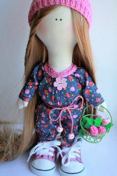 """Ягодка. Текстильная кукла может быть любимой игрушкой девочке,а также прекрасным интерьерным украшением. Кукла самостоятельно стоит, ручки и ножки подвижны. Ботинки и комбинезон снимаются. """"Ягодка"""" выполнена в единственном экземпляре и точное повторение не возможно. Вот, заказав такую красоту, обречете себя на постоянную радость и приятную мысль о том, что такая кукла только у вас!"""