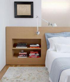 tête de lit avec rangement intégré en bois massif, peinture blanc neige et cadre décoratif