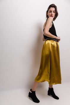 Štýlová dlhá zlatá sukňa Pants, Fashion, Trouser Pants, Moda, Fashion Styles, Women's Pants, Women Pants, Fashion Illustrations, Trousers