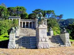 Beautiful view of The Rhodes Memorial, Devils Peak- and only one hour from La Clé des Montagnes 4 luxurious villas on a working wine farm Most Beautiful Cities, Beautiful World, African States, Cape Town South Africa, Port Elizabeth, Volunteer Abroad, Meringue Pie, Out Of Africa, Dream City