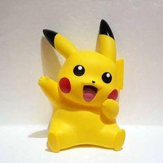 Hucha Pikachu. Pokemon Bolo Pikachu, Pikachu Cake, Polymer Clay Kawaii, Polymer Clay Crafts, Pokemon Party Decorations, Pokemon Birthday Cake, Disney Cars Toys, Bear Bows, Fondant Figures Tutorial