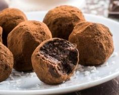 These chocolate truffles have heavenly dark chocolate ganache centers with a touch of brandy. After the truffle centers have firmed in the fridge, they get a velvety coating of semisweet chocolate. Whiskey Chocolate, Café Chocolate, Chocolate Peanuts, Chocolate Peanut Butter, Chocolate Thermomix, Dessert Chocolate, Chocolate Blanco, Belgian Chocolate, Bite Size Desserts