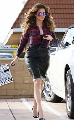 khloe-kardashian-in-tight-leather-skirt-out-for-car-shopping-in-los-angeles_8.jpg (800×1299)