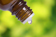 Ätherische Öle werden seit Tausenden von Jahren für ihre therapeutischen und heilenden Eigenschaften als Teil der Praxis der Aromatherapie verwendet. Sie stammen aus Blättern, Stielen oder Wurzeln von Pflanzen, die für ihre gesundheitlichen Eigenschaften bekannt sind. Also, was ist das ätherische Öl des Weihrauchs? Bild: alexsmith / 123RF Lizenzfreie Bilder Weihrauch wird manchmal als Olibanum