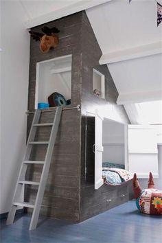 Her kommer en idé til dig som har skrå vægge og gerne vil udnytte pladsen optimalt. Udgangspunktet er børneværelser, men du kan jo overføre nogle af idéerne, og bygge til en voksen i stedet. Børn e...