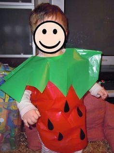 Disfraz de fresa para niños de infantil como esta tenemos unas bolsas más pequeñas para ellos de 45x60cm para niños de 3 a 6 años  http://www.multipapel.com/producto-Bolsas-plastico-de-color-disfraz-venta-por-unidad.htm